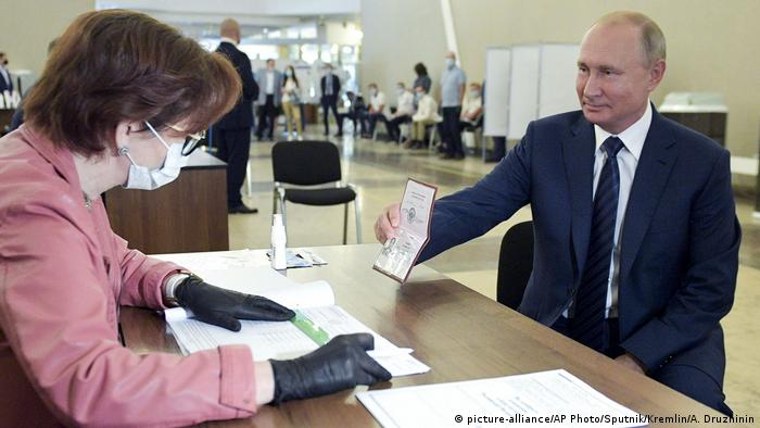 Russia S Putin Wins Referendum On Constitutional Reforms News Dw 02 07 2020