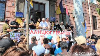 Толпа сторонников Петра Порошенко ожидала его у здания суда