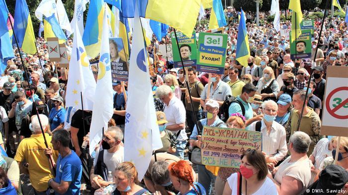 Сторонники Петра Порошенко у здания Печерского районного суда в Киеве