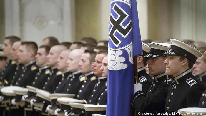 Finnische Kadetten mit Hakenkreuz-Flagge (picture-alliance/dpa/ LEHTIKUVA/V.Moilanen )