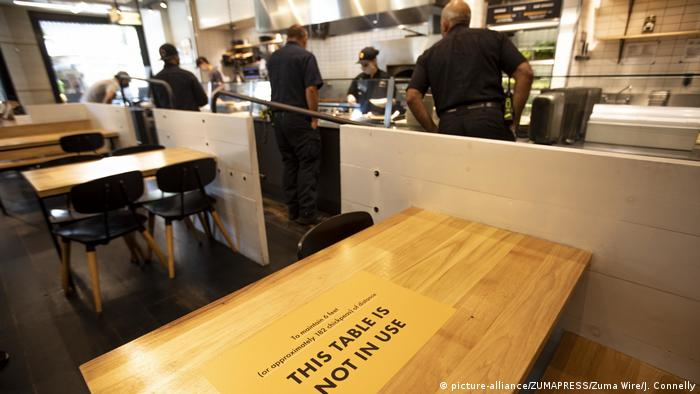 A restaurant in California has tables with signs reading This table is not in use (picture-alliance/ZUMAPRESS/Zuma Wire/J. Connelly)