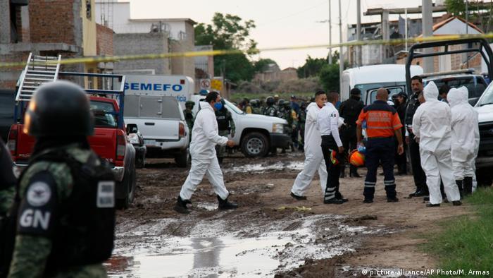 Nationalgardisten und Forensiker im Einsatz nach der Attacke Anfang Juli auf die Einrichtung nahe Irapuato (Foto: picture-alliance/AP Photo/M. Armas)