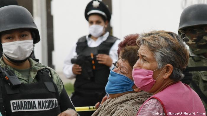 Angehörige der Opfer der Gewalttat in der Betreuungseinrichtung für Drogenabhängige nahe der Stadt Irapuato (Foto: picture-alliance/AP Photo/M. Armas)