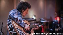 ACHTUNG: Nur zur Berichterstattung über den Film! Kinostart von RONNIE WOOD - SOMEBODY UP THERE LIKES ME am 9. Juli 2020 hinweisen. Der neue Dokumentarfilm vom Oscar®-nominierten Regisseur Mike Figgis (Leaving Las Vegas) über Ronnie Wood, Mitglied der legendären Band The Rolling Stones, ist ein intimes Porträt über einen Künstler, Musiker und Überlebenskämpfer. Der eindrucksvolle Dokumentarfilm feierte seine Weltpremiere auf dem BFI London Film Festival 2019.