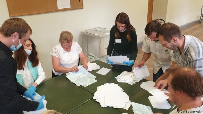 Подсчет голосов на избирательном участке № 40 в Санкт-Петербурге