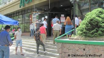 Очередь в аптеку в Алматы