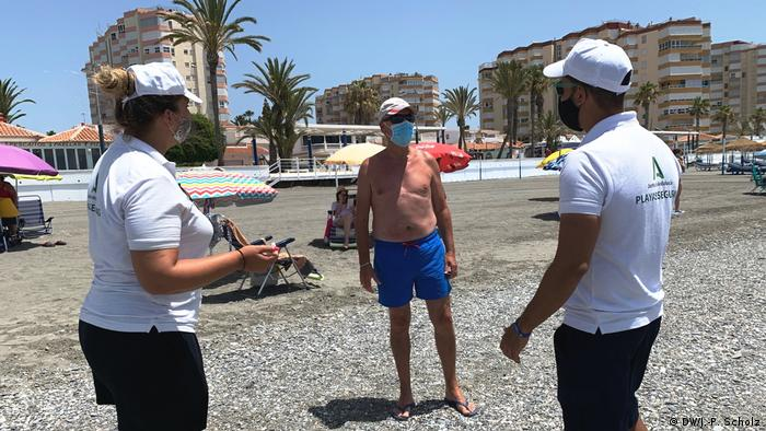 Laura și Pablo de vorbă cu unul dintre pensionarii spanioli care își petrec vara la Torrox