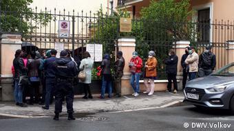 Очередь у входа в генконсульство Узбекистана в Санкт-Петербурге