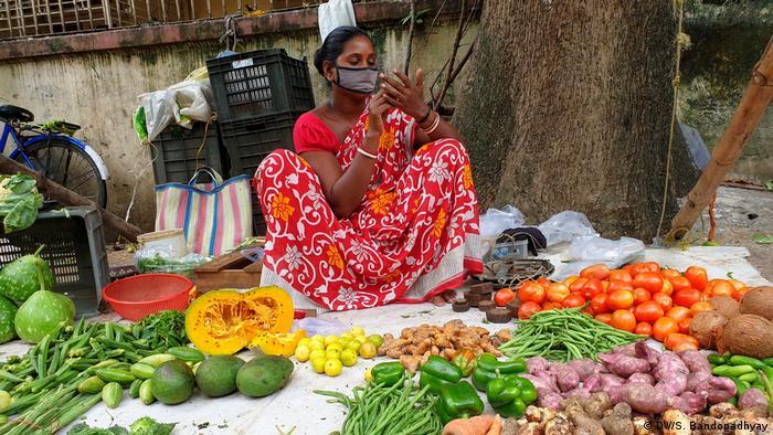 বাজারহাটে কোনো দোকানিই এখন মুখোশ ছাড়া সওদা করতে বসেন না। (DW/S. Bandopadhyay)
