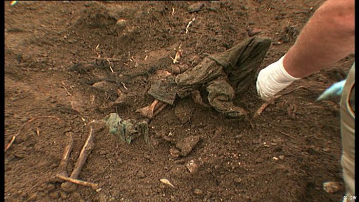 Filmstill DW-Beitrag Srebrenica   Massengrab ICMP