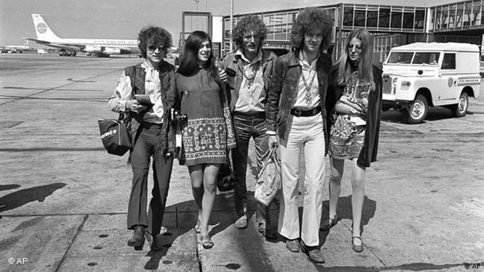 نخستین گروهی که نام اریک کلپتون را در سراسر جهان بر سر زبانها انداخت گروه Cream بود که علیرغم عمر نسبتا کوتاهش سه آلبوم فراموشنشدنی به انتشار رساند. شماری از منتقدان حتی این گروه را همطراز با گروههای بیتلز و رولینگ استونز میدانند. تصویری از سه عضو گروه Cream در سال ۱۹۶۷: اریک کلپتون (دوم از ارست) به همراه جینجربیکر (وسط) و جک بروس (چپ).
