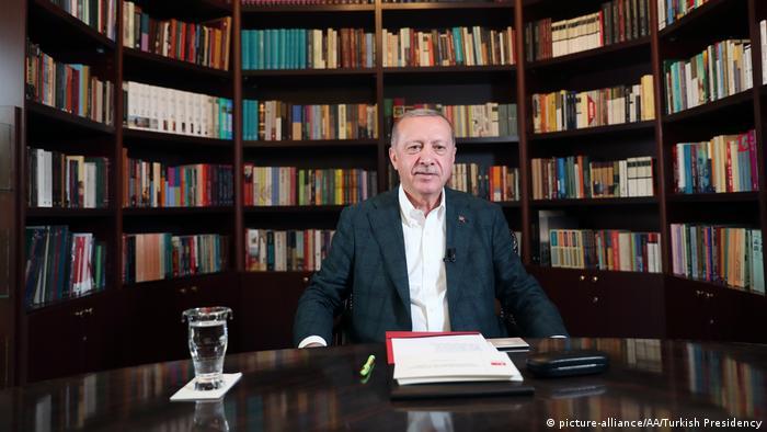 Ердоган по време на включването си в Ютюб