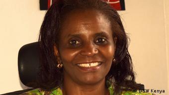 Evelyn Samba lächelt in die Kamera: Die Landesdirektorin der Deutsche Stiftung Weltbevölkerung (DSH) in Kenia setzt sich für reproduktive Gesundheit, Familienplanung, Verhütung, gesundheitliche Aufklärung und Zugang zu Gesundheitssystemen ein.