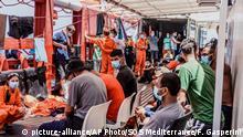 Mittelmeer Flüchtlinge und Crew auf dem Ocean Viking Rettungsschiff