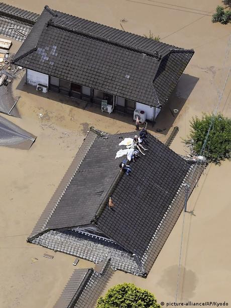 Japan Überschwemmungen in Hitoyoshi (picture-alliance/AP/Kyodo)