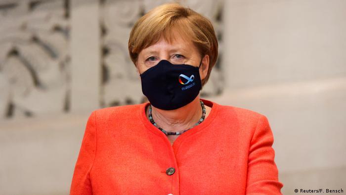 Deutschland Berlin Angela Merkel mit Maske (Reuters/F. Bensch)