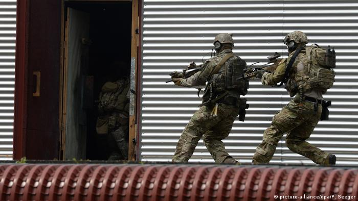 Two KSK soldiers with machine guns (KSK) (picture-alliance/dpa/P. Seeger)