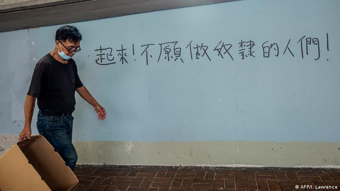 "Hongkong | Protest | Slogan ""Arise, ye who refuse to be slaves"" (AFP/I. Lawrence)"