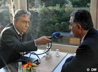 شاهزاده رضا پهلوی در گفتوگو با جمشید فاروقی، سرپرست بخش فارسی دویچهوله. عکس از آرشیو