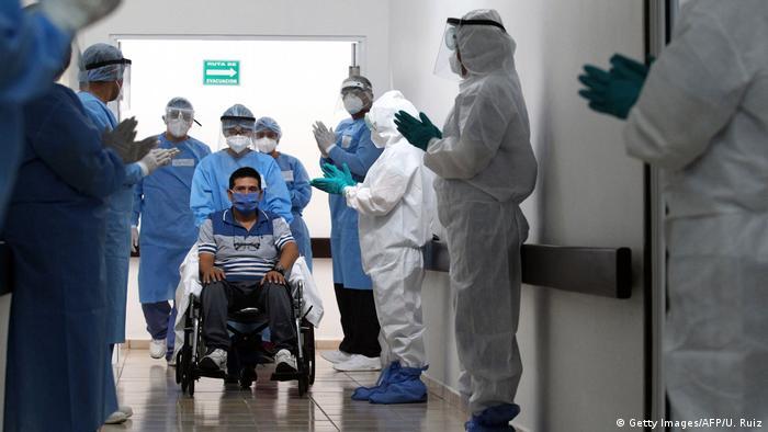 Foto de paciente mexicano y personal médico con equipo de protección