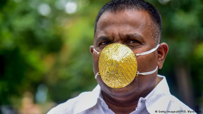 Omul de afaceri indian Shankar Kurhade cu o mască de protecţie care ar putea stârni (sau nu) invidie