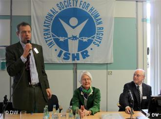 کاترین بنمولا (نفر وسط) مدیر جامعه بینالمللی حقوق بشر (IGFM)