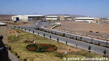 Die iranische Atomforschungsanlage Natans (Archivfoto vom 30.03.2005). Die Anlage südlich von Teheran wurde eigens für die Anreicherung von Uran gebaut. Mit Gas-Zentrifugen angereichertes Uran ist nötig, um moderne Kernkraftwerke zu betreiben. Für den Bau von Atombomben wird hochangereichertes Uran benötigt, das mit speziellen Zentrifugen gewonnen wird. Begleitet von internationalen Protesten hat Iran am Dienstag sein umstrittenes Atomforschungsprogramm wieder aufgenommen. Unter Aufsicht von Inspekteuren der Internationalen Atomenergieorganisation IAEO entfernten iranische Techniker zuvor Siegel an der Atomanlage Natans. Dies bestätigte eine IAEO-Sprecherin am Morgen in Wien. EPA dpa +++(c) dpa - Bildfunk+++ |