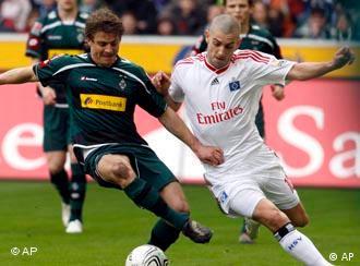 Mönchengladbachs Marcel Meeuwis (l) und der Hamburger Mladen Petric kämpfen um den Ball (Foto: AP)