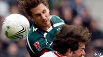 Möenchengladbachs Roel Brouwers (l) Und Hamburgs Ruud van Nistelrooy im Kopfballduell (Foto: AP)