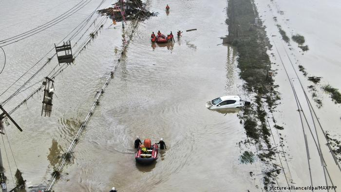 Drone photo shows rescue operations in the flood-ravaged village of Kuma in Kumamoto Prefecture (picture-alliance/dpa/MAXPPP )