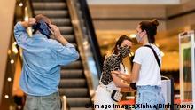 Deutschland Corona-Pandemie Symbolbild Mundschutz beim einkaufen