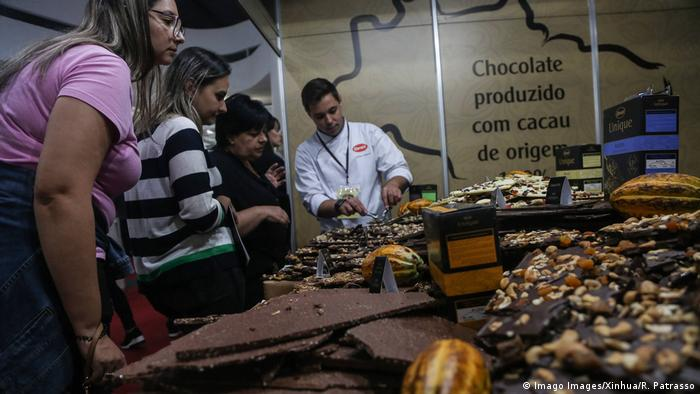 Personas en el festival del chocolate en São Paulo, Brasil.