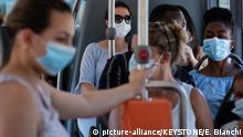 Passagiere mit Masken in einem Bus der Trasporti Pubblici Luganesi TPL am Montag, 6. Juli 2020 in Lugano. Ab Montag, 6. Juli 2020, muessen schweizweit alle Passagiere in den oeffentlichen Verkehrsmitteln vorsichtshalber Schutzmasken gegen die Verbreitung des Coronavirus COVID-19 tragen. (KEYSTONE/Ti-Press/Elia Bianchi)  