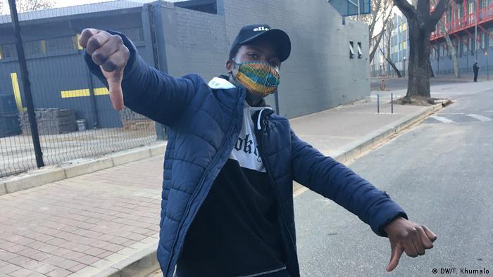 Un jeune sud-africain portant un masque à Johannesburg.