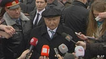 Moscow Mayor Yuri Luzhkov speaking to the media