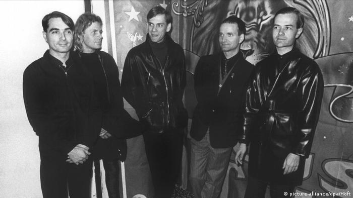 Kraftwerk members, all dressed in black, pose in front of camera (picture-alliance/dpa/Höft)