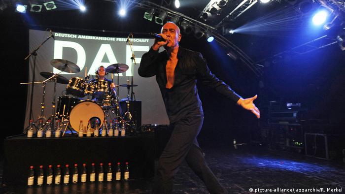 DAF singer Gabi Delgado-Lopez and Robert Goerl on stage (picture-alliance/Jazzarchiv/R. Merkel)