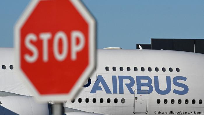 Знак Стоп перед аэробусом А380