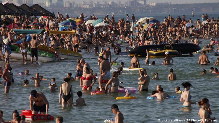 Многолюдный пляж в Одессе