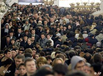 Толпы людей на станции метро ''Проспект мира''