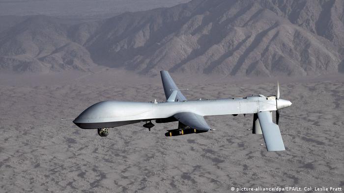 Foto mostra um drone voando.