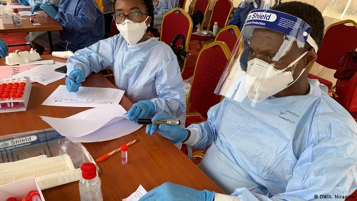 Two Burundian health workers managing Covid-10 tests (DW/A. Niragira)