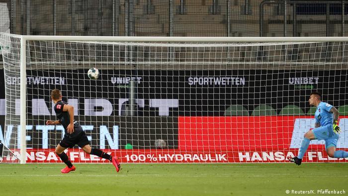 Pertandingan Bundesliga di stadion kosong selama pandemi corona