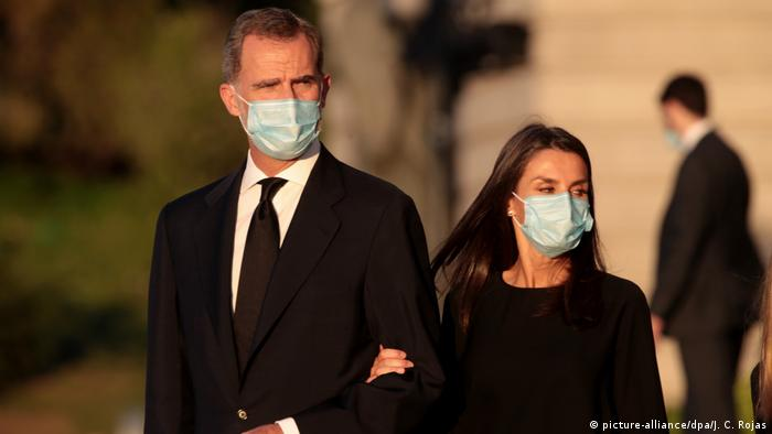 König Felipe VI. und Königin Letizia mit einem Mund-Nasen-Schutz (picture-alliance/dpa/J. C. Rojas)