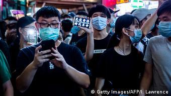 Hongkong Protestierende mit Smartphone
