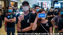 Hongkong Protestierende mit Smartphone