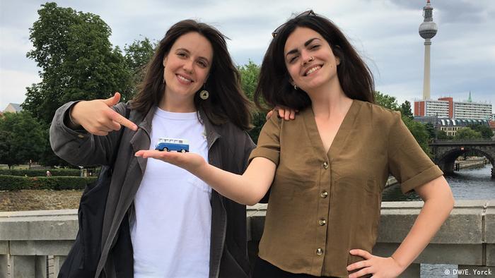 DW journalistis Emily Gordine und Olivera Zivkovic in Berlin (DW/E. Yorck)