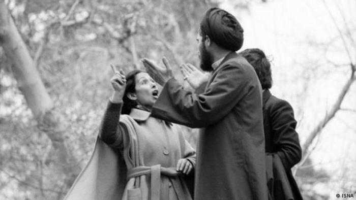 الممثلة مليحة نيكجومند في جدل مع أحد رجال الدين حول الحجاب