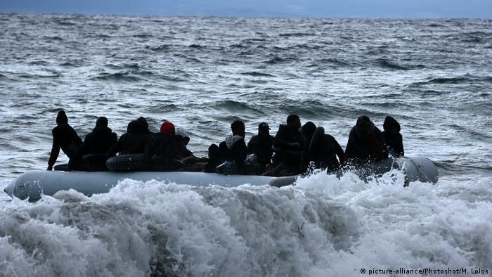 Europa Symbolbild Flüchtlingsboot auf dem Mittelmeer (picture-alliance/Photoshot/M. Lolos)
