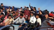 Europa Symbolbild Flüchtlingsboot auf dem Mittelmeer